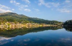 Het meer van dorp Stock Foto's