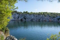 Het meer van het Dragon'soog in Rogoznica, Kroatië stock afbeeldingen
