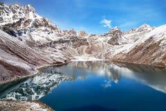 Het meer van Gokyo van Dudhpokhari en de piek van Phari Lapche Royalty-vrije Stock Foto's