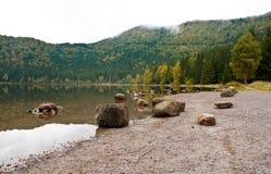 Het meer van heilige Anna op een bewolkte dag Stock Afbeeldingen