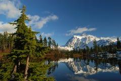 Het meer van het beeld en MT. shuksan stock afbeelding