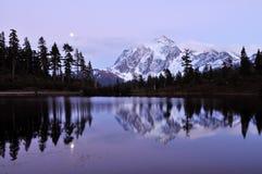 Het meer van het beeld en zet shuksan op stock afbeelding