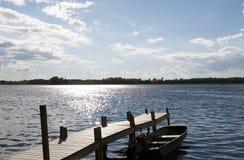 Het meer van het plattelandshuisje Stock Afbeeldingen