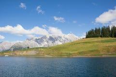 Het Meer van het waterreservoir bij Bà ¼ rgl Alm in Dienten Am Hochkönig in Salzburg Oostenrijk Stock Foto