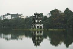 Het Meer van Hoankiem, het kleine meer in het oude deel van Hanoi, Vietnam, met de Schildpadtoren De schildpadtoren is het symboo stock afbeeldingen