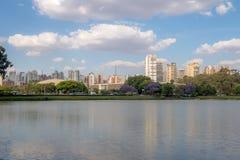 Het Meer van het Ibirapuerapark en stadshorizon - Sao Paulo, Brazilië stock foto's