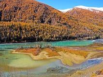 Het Meer van Kanas van de dinosaurusbaai in de Herfst royalty-vrije stock afbeeldingen