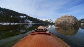 Het Meer van Kayakingsdonner stock footage
