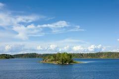 Het meer van Ladoga met klein eiland onder zonlicht Royalty-vrije Stock Fotografie