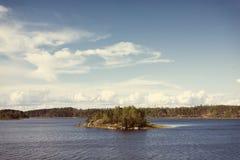 Het meer van Ladoga met klein eiland onder zonlicht met Instagram-styl Royalty-vrije Stock Afbeeldingen