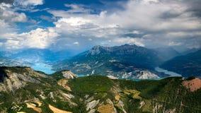 Het Meer van Serreponcon en Grote Morgon in de Zomer Alpen, Frankrijk Royalty-vrije Stock Foto's