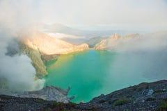 Het meer van Sulphatic in een krater van vulkaan Ijen Royalty-vrije Stock Foto