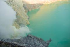 Het meer van Sulphatic in een krater van vulkaan Ijen Stock Fotografie
