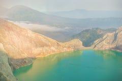 Het meer van Sulphatic in een krater van vulkaan Ijen Royalty-vrije Stock Afbeeldingen