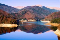 Het Meer van Vidraru in Roemenië Stock Afbeeldingen