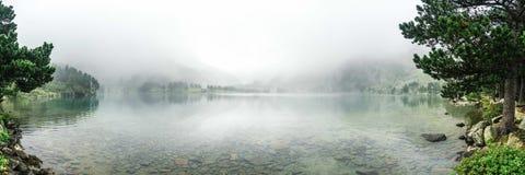 Het meer van Zen met mist Royalty-vrije Stock Fotografie