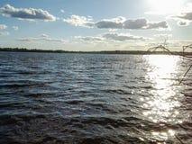 Het meer wordt gevuld met duidelijk duidelijk water en door schilderachtige kusten omringd royalty-vrije stock fotografie