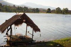 Het meer zijaanzicht van de bamboehut Royalty-vrije Stock Foto