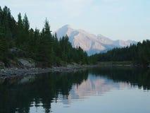 Het meerbezinning van de berg bij zonsondergang Stock Foto's