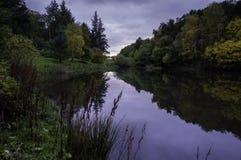 Het meerbezinningen van de herfst Stock Foto's