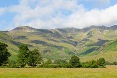 Het Meerdistrict Cumbria van de Langdalevallei dichtbij Oude Kerker Ghyll Engeland het UK in de zomer blauwe hemel royalty-vrije stock afbeeldingen