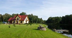 Het meerhuis van de familie. royalty-vrije stock fotografie