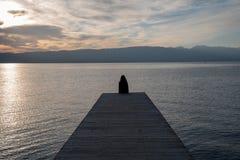 Het meerlandschap van de zonsondergang stock foto's
