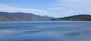 Het meerlandschap van het land stock afbeelding