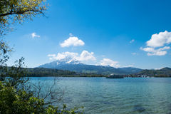 Het meerlandschap van Lausanne onder blauwe hemel Stock Foto's