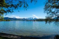 Het meerlandschap van Lausanne onder blauwe hemel Royalty-vrije Stock Afbeeldingen