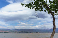 Het meerlandschap van Xichangqionghai in China stock afbeeldingen