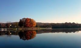 Het meermening van de herfst Zonnige dag Royalty-vrije Stock Foto's
