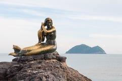 Het meerminstandbeeld op de rots stock foto