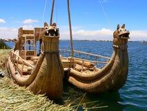 Het meertiticaca van de Boot van het riet Stock Afbeelding