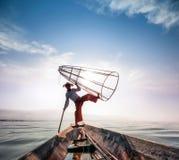 Het meervisser van Birma Myanmar Inle op boot die vissen vangen Royalty-vrije Stock Afbeeldingen
