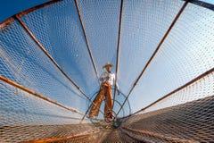 Het meervisser van Birma Myanmar Inle op boot die vissen vangen stock afbeeldingen