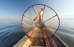 Het meervisser van Birma Myanmar Inle op boot die vissen vangen Stock Foto