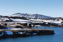 Het meervoorzijde van de Myvatnvulkaan met duidelijke blauwe hemelachtergrond Stock Foto