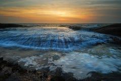 Het meeslepen de zonsopgang van het golvenzeegezicht Stock Foto
