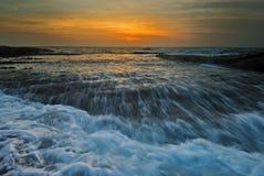 Het meeslepen de zonsopgang van het golvenzeegezicht Royalty-vrije Stock Foto
