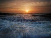 Het meeslepen de zonsopgang van het golvenzeegezicht Royalty-vrije Stock Afbeelding