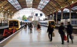 Het meeslepen om de trein te halen Stock Fotografie