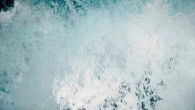 Het meeslepen van schuimend water van de waterval stock video