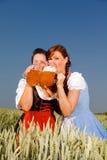 Het meest oktoberfest het bier van Dirndl Stock Afbeeldingen