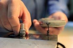 Het meetapparaat van de de deklaagdikte van de kaliberbepalingsverf met plastic wig Stock Foto