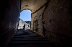 Het meisje aan het eind van de tunnel met trap in Palazzo Pitti Stock Afbeelding