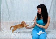 Het meisje is allergisch voor kat royalty-vrije stock afbeeldingen