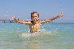 Het meisje baadt in de Middellandse Zee Royalty-vrije Stock Afbeelding