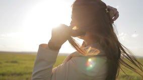 Het meisje baadt in de zon stock video