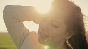 Het meisje baadt in de zon stock footage
